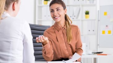 Priekšniece sarunājas ar darbinieku. Kā iegūt darbinieka uzticību?