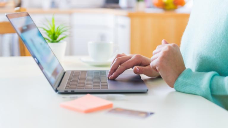 Balts galds, uz kura uzlikts dators, sieviete to izmanto. Kā izvēlēties sev piemērotu darba vietu?